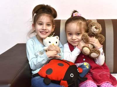 Нужна помощь: Кристину и Соню Голиковых спасет лечение