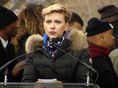 Скарлетт Йоханссон не смогла закончить речь на митинге против Трампа