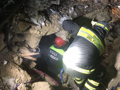 Число погибших в засыпанном лавиной отеле возросло до 21 человека