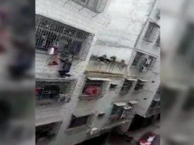 В Китае спасли девочку, чуть не выпавшую с четвертого этажа