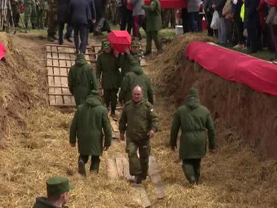 В Ржеве захоронили останки тысячи солдат и офицеров войны, обнаруженные поисковиками