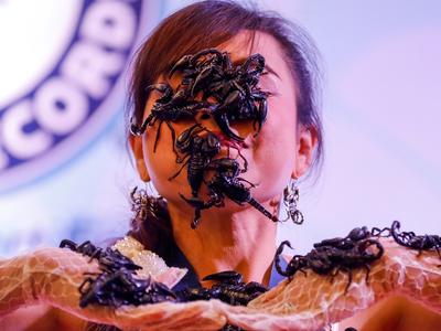Жительница Таиланда выступает с ядовитыми скорпионами во рту