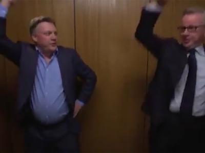 Британские чиновники станцевали Gangnam Style в лифте. Видео