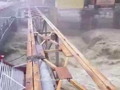 В затопленном Домбае восстанавливают дамбу