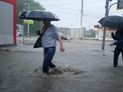 Ураган и ливень в Поволжье: автомобили плыли по улицам