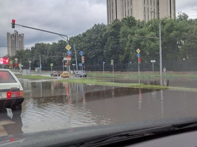 Москва утонула в очередном потопе (фото и видео из соцсетей)