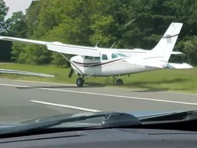 В США самолет приземлился на оживленную трассу. Видео