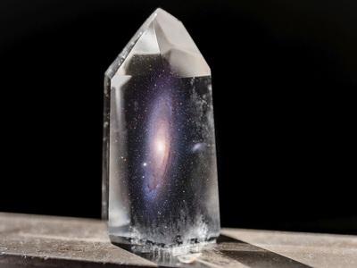 Большой взрыв в лабораторном кристалле: физики наблюдают удивительную гравитационную аномалию