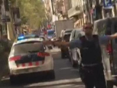 Пикап въехал в толпу на пешеходной улице Барселоны. Первое видео с места ЧП
