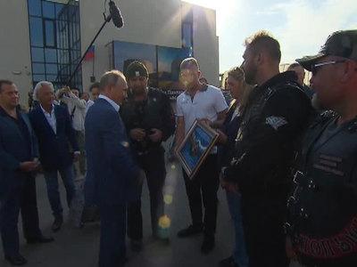 """Путину подарили """"Братское рукопожатие России и Германии"""" и рассказали об онкоцентре в Севастополе"""