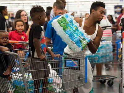 """Сайт Amazon поднял цены на воду в преддверии урагана """"Ирма"""""""