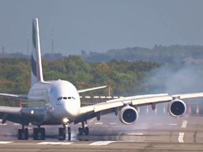 Гигантский авиалайнер закрутило при посадке из-за урагана. Видео