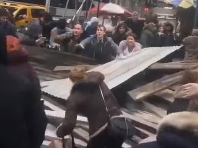 На прохожих в центре Нью-Йорка рухнули строительные леса. Видео
