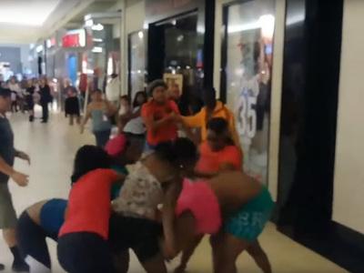 В торговом центре произошла массовая драка покупательниц. Видео