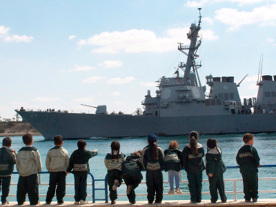 """Американский эсминец предупредительно """"обстрелял"""" иранские катера"""