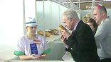 Председатель - французский мастер Йозеф Дорффер - строго осматривает готовый хлеб