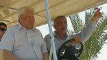 Сотрудник заповедника Зайдун аль-Джамаль сидел за рулем электромобиля рядом с Борисом Ельциным