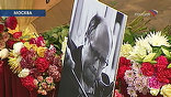 Вокруг портрета маэстро - море цветов