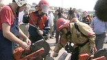 Сотрудники ГИБДД и пожарные пытаются развернуть стоящий в пробке транспорт в обратную сторону