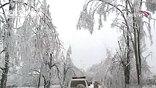 Число жертв стихии уже достигло 60 человек. А синоптики прогнозируют на ближайшие дни новую волну снежных штормов.