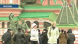 Туристам сейчас везет несказанно. До 2009 года памятник Минину и Пожарскому еще можно сфотографировать в привычном зеленовато матовом облике