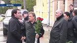 К Ваганьковскому кладбищу стянули три автобуса с бойцами ОМОНа, несколько экипажей ГИБДД и даже саперов. Силовики опасались провокаций и столкновений во время похорон одного из самых известных криминальных авторитетов Вячеслава Иванькова