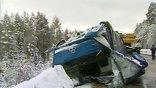Крышу автобуса, которая держалась на пластиковых стойках, после переворота оторвало