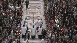 На помощь к папе сразу же подбежал десяток людей в штатском