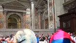 В тот момент, когда папа римский Бенедикт XVI входил в собор, стоявшая в толпе женщина кинулась к нему и сбила  с ног