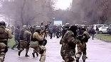 Участники протестной акции в Бишкеке ворвались в здании парламента республики. Несколько сотен человек взломали окна и двери здания и начали  крушить находящиеся там компьютеры и мебель. Сообщается, что в ходе столкновений погиб уже 21 человек