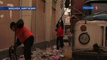 Между тем, даже несмотря на царящий на улицах Бишкека хаос, коммунальные службы начинают очищать город.