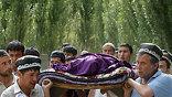Третий самолет МЧС России доставил в Киргизию гуманитарную помощь. Всего тремя спецрейсами МЧС в Киргизию привезено почти 130 тонн помощи из Росрезерва - 30 тонн сахара, около 54 тонн мясных и 15 тонн рыбных консервов, а также 15 тонн одеял (фото - АР)