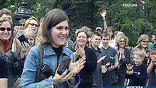 Школьники, гуляющие по Соборной площади, увидев происходящее, не верят своим глазам