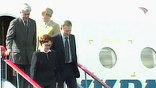 В четверг в город на Неве начали прибывать и лидеры стран СНГ. В числе первых приземлился самолет президента Украины Леонида Кучмы