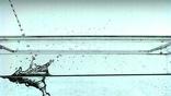 Угол соприкосновения и гладкость потока определяют количество брызг