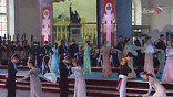 На сцене – костюмированное театральное представление: бальные платья, гусарские мундиры, старинные пушки