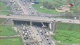 Пересечение МКАД и Ленинградского шоссе. На внешней стороне Кольца – серьезный затор и пробка. Причина ее возникновения – три водителя грузовиков