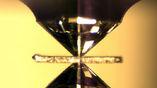 Алмазная наковальня, которая имитирует давление в недрах Земли. Между наконечниками (5 мм в диаметре) расположен кусок минерала, который претерпевает изменения, характерные тем, что происходят в мантии планеты