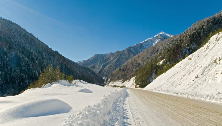 Сильный снегопад вынудил закрыть часть Транскавказской магистрали