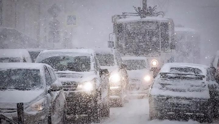 Из-за снегопада москвичей просят пересесть с автомобилей на метро