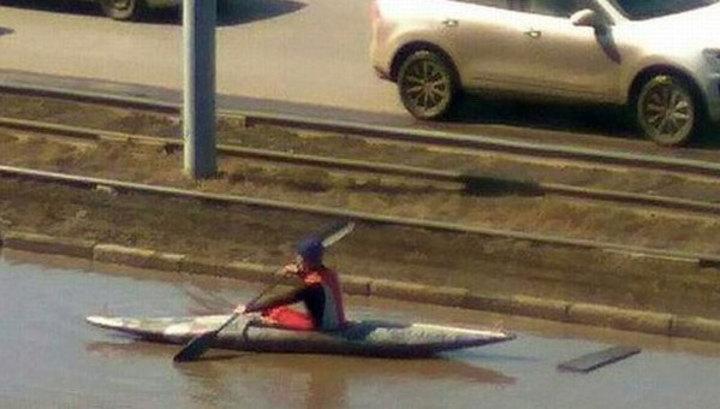 Омский байдарочник принял решение поплавать влуже наперегонки страмваем