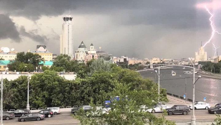 Гроза и слепящие молнии: МЧС предупреждает москвичей о надвигающейся буре