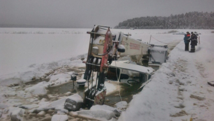 На реке Лена вслед за бензовозом и автокраном ушли под лед два трактора