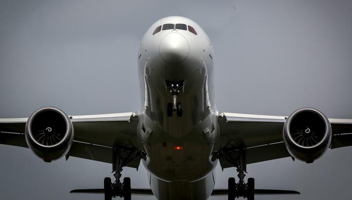 У японского самолета в воздухе загорелся двигатель
