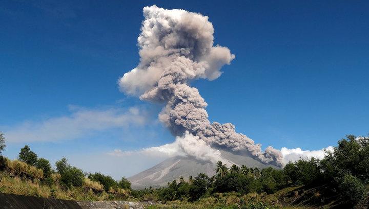 На Филиппинах идет эвакуация людей из-за угрозы извержения вулкана Майон. Видео