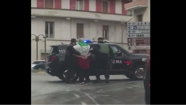 Очевидец снял на видео мужчину, устроившего стрельбу по мигрантам в Италии