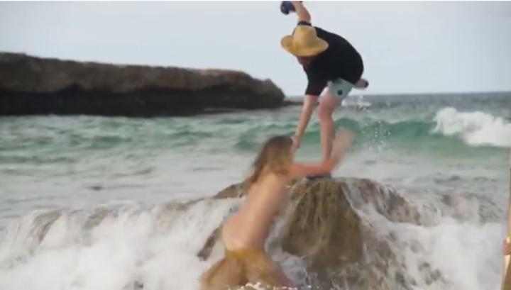 Фотомодель во время съемки смыла со скалы мощная волна. Видео