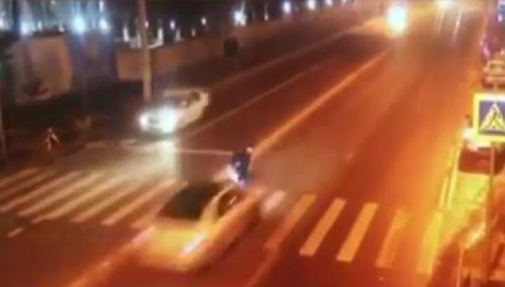 Гибель пешехода, переходившего дорогу на красный свет в Краснодаре, попала на видео