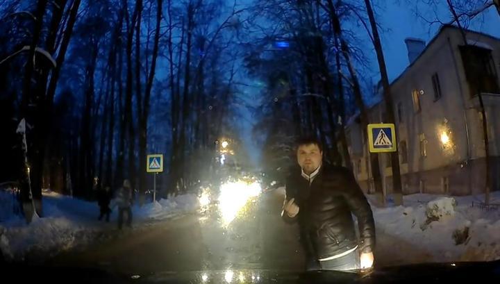 Пешеходы выместили свою злость на водителе за неубранные тротуары