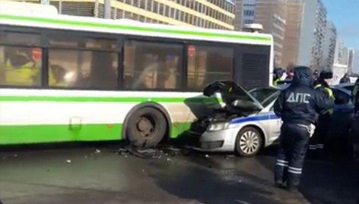 Протаранившего московский автобус инспектора ДПС доставили в больницу на вертолете